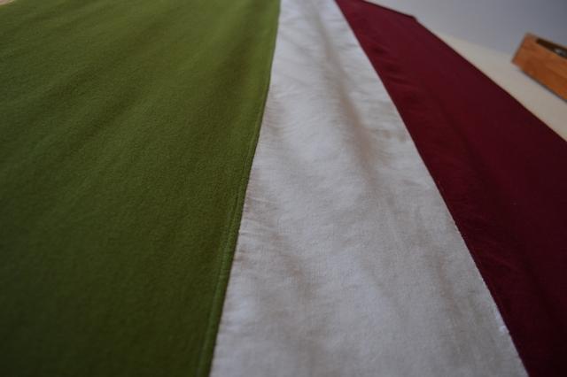 """Vēsturiskais Sēlijas karogs, kas iesvētīts Sunākstes baznīcā 1. Sēlijas kongresa laikā 1999. gadā. Aplūkojams Viesītes muzeja """"Sēlija"""" ekspozīcijā."""