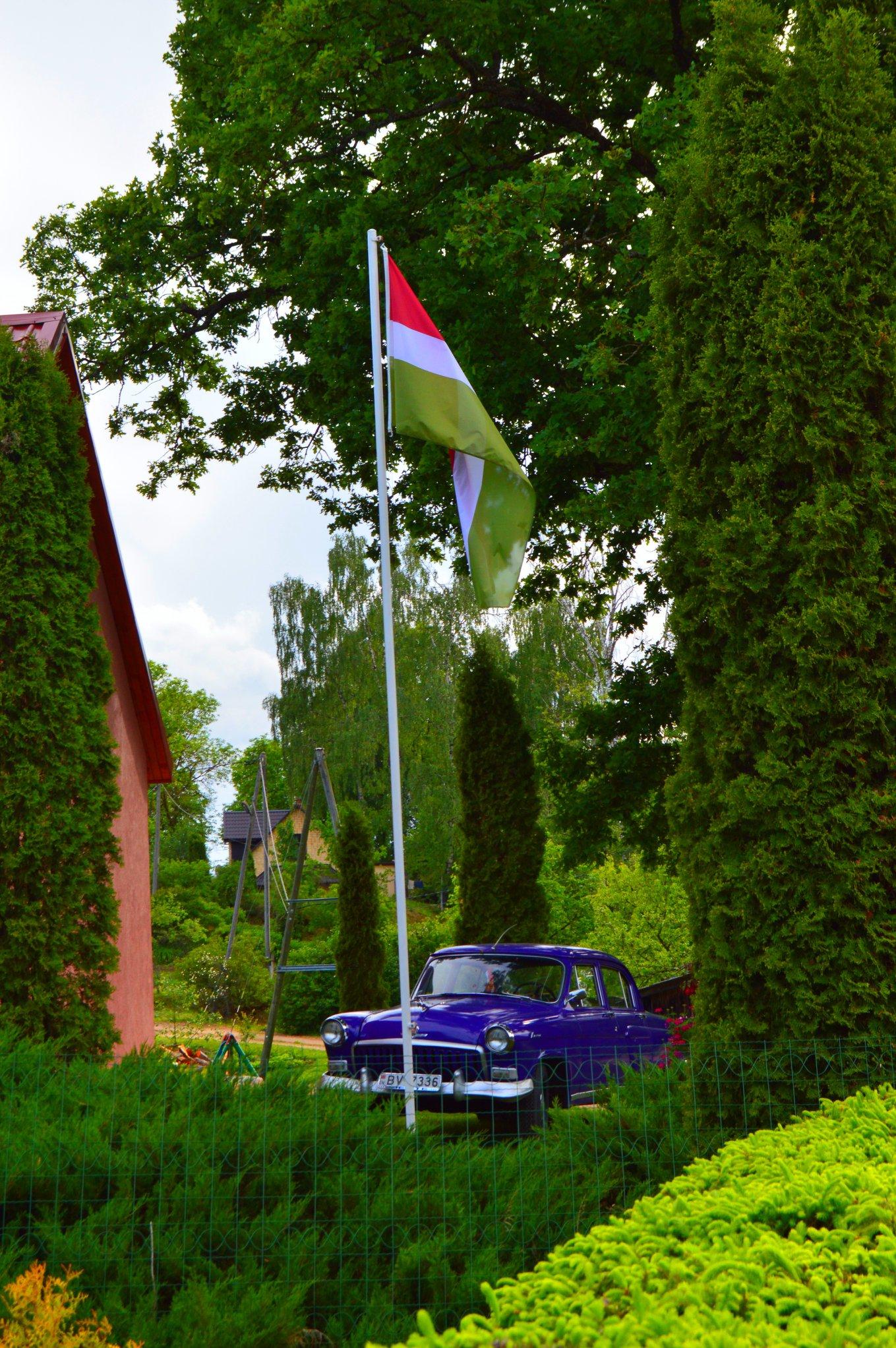 Sēlijas karogs pie privātmājas Viesītē. Foto: Jānis Dzimtais.